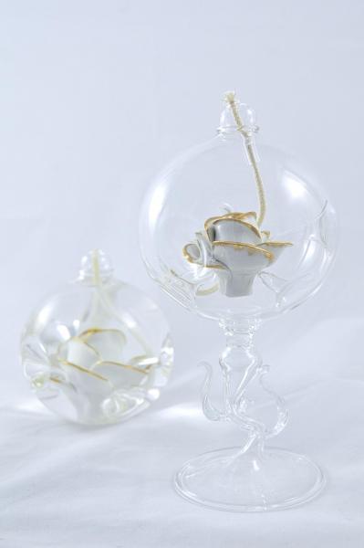 Öllampe mit weiß-goldener Rose und Glasfuß