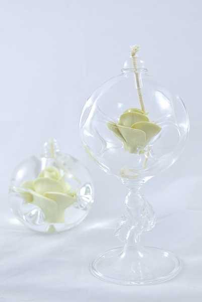 Öllampe mit creme Rose und Glasfuß
