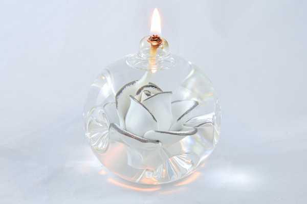Öllampe mit weiß-silberner Rose