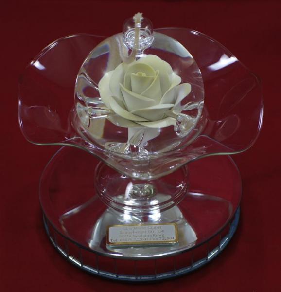 Öllampe mit gelb-weißer Rose und Glasschale