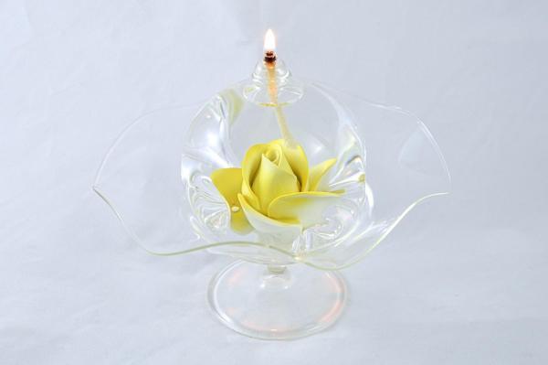 Öllampe mit gelber Rose und Glasschale