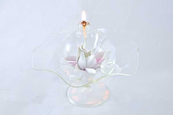Öllampe mit rosé-weißer Sternblüte und Glasschale