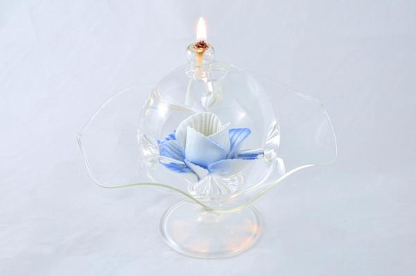 Öllampe mit blauer Wildrose und Glasschale