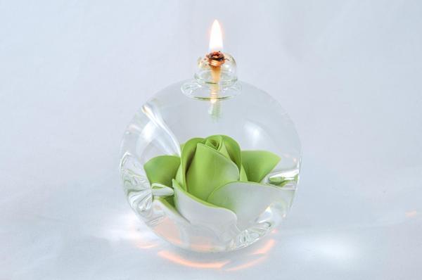Öllampe mit hellgrüner Rose