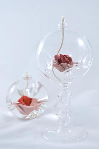 Öllampe mit roter Rose und Glasfuß