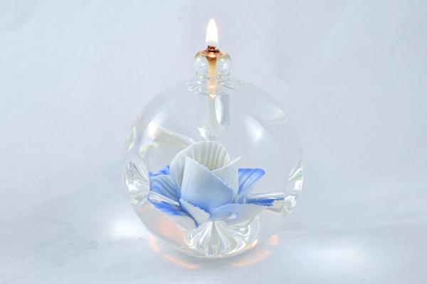 Öllampe mit blauer Wildrose