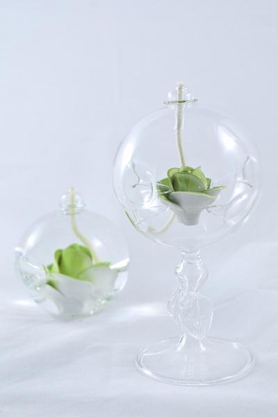 Öllampe mit hellgrüner Rose und Glasfuß