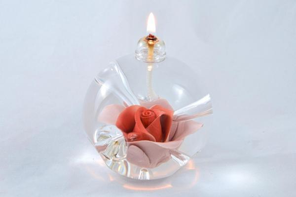 Öllampe mit roter Rose