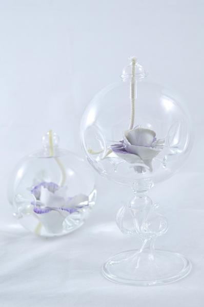 Öllampe mit lila-weiß Wildrose und Glasfuß