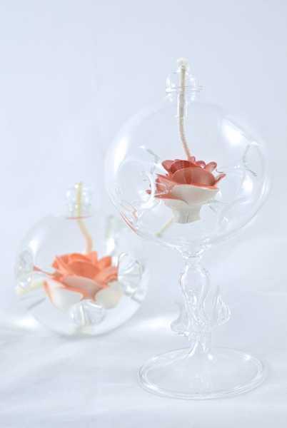 Öllampe mit rot/weißer Rose und Glasfuß