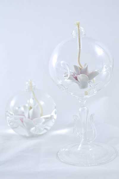 Öllampe mit rosé-weißer Sternblüte und Glasfuß