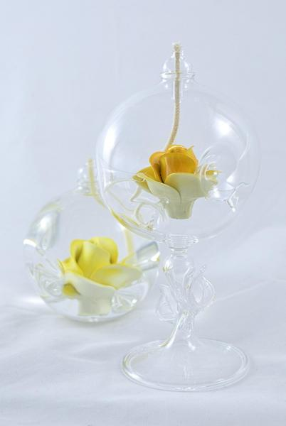 Öllampe mit gelber Rose und Glasfuß